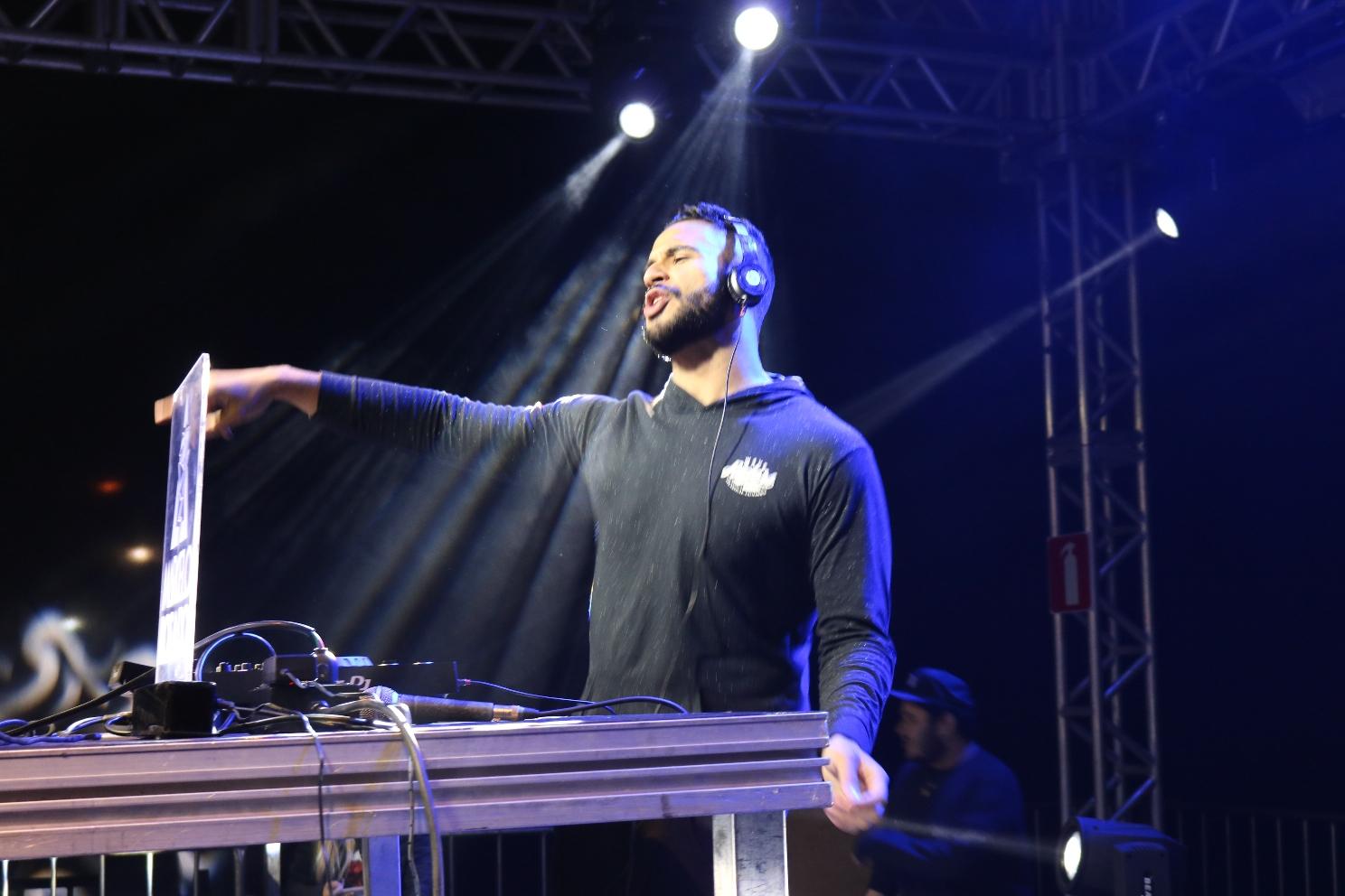 DJ Marcelo Rosado foi uma das atrações na Praça dos Inconfidentes (Créditos: SECOM/PMI)